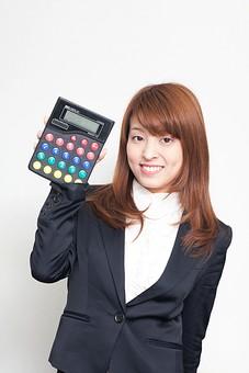 人物 日本人 仕事 ビジネス 会社員  社員 屋内 白バック 白背景 デスクワーク  オフィス 事務所 会社 女性 OL 電卓 上半身 正面 ガッツポーズ 笑顔 予算 バッチリ 御明算 売上げ 計算 スーツ オーバーリアクション mdfj012