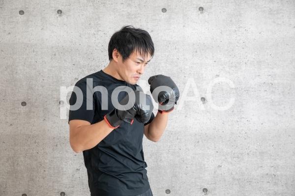 ボクシングする男性の写真
