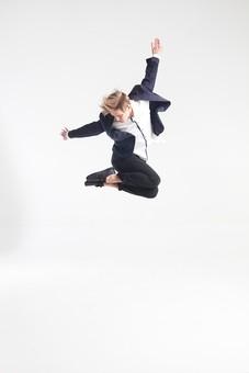 ダンス ダンサー ポーズ 体勢 姿勢 体位 ステップ 踊る 踊り 運動 スポーツ 振り付け 振付 振り 男性 男 外国人 金髪 若い 全身 手 腕 上げる 後ろ 腕を振る 足 脚 曲げる 飛ぶ ジャンプ 跳躍 俯く 背景 白 ホワイト mdfm074