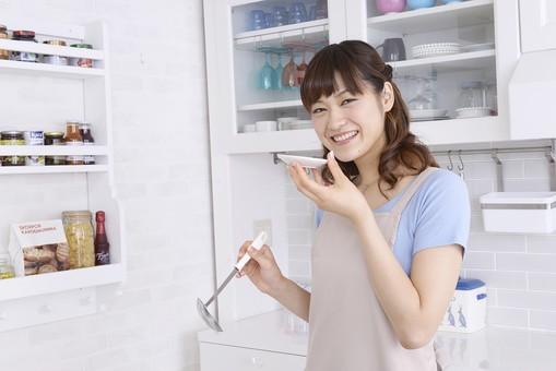 人物 屋内 日本人 1人 女性 20代 30代 キッチン 台所 準備 料理 調理 クッキング エプロン 奥さん 奥様 婦人 家庭人 夫人 主婦 若い 家庭 家庭的 味見 お玉 小皿 持つ 味 試す 美味しい 成功 mdjf018