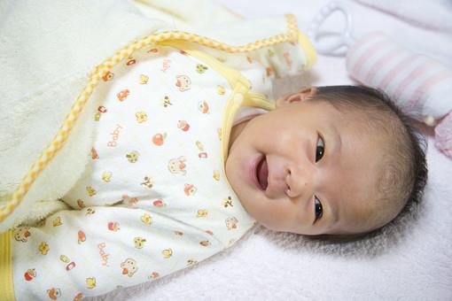 人物 日本人 赤ちゃん 赤ん坊 乳児 新生児 乳幼児 ベビー ベイビー 子供 子ども 小さい 出産 誕生 命 生命 愛情 可愛い 愛らしい 愛しい 癒し 幸せ 幸福 成長 発育 発達 子育て 育児 笑顔 スマイル 微笑み 仰向け ガラガラ