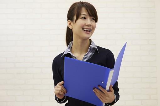 人物 日本人 女性 女の人 会社員 ビジネスウーマン OL オフィスレディ 仕事 ビジネス  シャツ オフィスカジュアル ストライプ カーディガン 上着 会社 建物 施設 ファイル クリアファイル 資料 持つ 読む 勉強 まとめる 壁 mdjf008