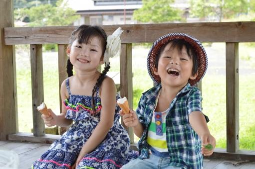 アイス 仲良し おやつ 食べる 子供達 子ども こども 子供 男の子 女の子 笑顔 mdfk023