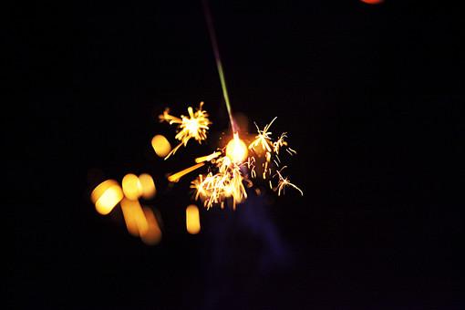 黒バック 黒背景 花火 線香花火 夏 夏祭り 夏休み カラフル 黒 芸術 夜 夜空 色彩 火花 火 ファイヤー 職人  火薬 火の粉 炎 煙 手持ち花火 手持ち 静 小さい 夏イメージ