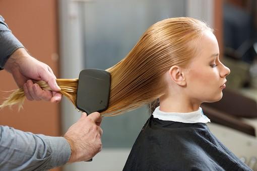 屋内 室内 モデル 外国人 人物 人 人間 大人 女性 女 10代 20代 若い ロングヘア 男性 男 2人 美容師 ヘアケア 頭 髪 茶髪 金髪 ブロンドヘア 美容院 ヘアサロン ブラシ 整える 美容 座る 濡れた髪 手 手元 技術 横向き 髪の毛 美容室 mdff135