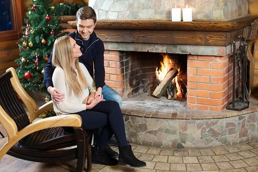 外国人 20代 若い カップル 恋人 彼氏 彼女 男性 女性 男 女 金髪 ロングヘアー 冬 ウィンター 全身 室内 クリスマス 手を握る 座る 椅子 チェア 温まる 暖をとる ツーショット ラブラブ 笑顔 スマイル 笑う 後ろから抱きしめる 後ろからハグ 抱きしめる ハグ 中腰 寄り添う 見つめる 見つめあう 背景 暖炉 薪 火 炎 火を焚く クリスマスツリー 飾りつけ ロウソク mdfm038 mdff095