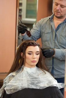 屋内 室内 モデル 外国人 人物 人 人間 大人 女性 女 20代 男性 男 若い 2人 美容師 ヘアケア 頭 髪 茶髪 刷毛 美容院 美容室 ヘアサロン ヘアダイ 毛染め 色 付ける 塗る ブリーチ 美容 技術 髪の毛 長髪 ロングヘア ヘアカラー カラーリングmdff134 mdfm078