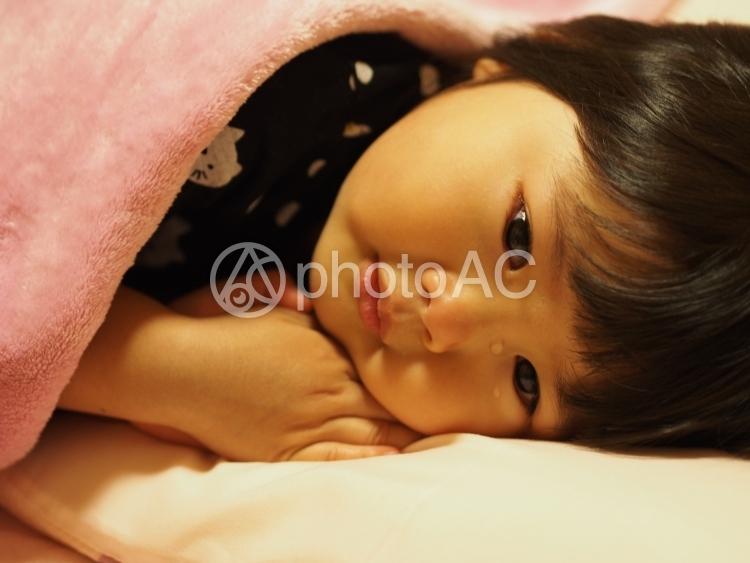 寝込む女の子4の写真