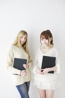 人物 日本人 外国人 外人 女性  若い 女の子 20代 学生 大学生  留学生 2人 二人 友達 友人  仲良し かわいい キュート 異文化 交流  屋内 白バック 白背景 ファッション 私服  カジュアル ポートレート 友情 ファイル 笑顔 mdjf005 mdff045