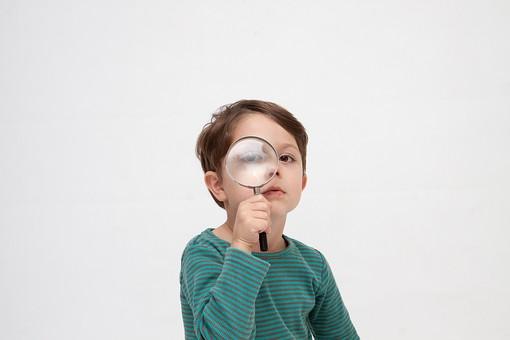 人物 こども 子ども 子供 男の子  少年 幼児 外国人 外人 かわいい  無邪気 あどけない 屋内 スタジオ撮影 白バック  白背景 ポートレート ポーズ 表情 Tシャツ  カジュアル 上半身 虫眼鏡 虫めがね ルーペ 発見 観察 検索 拡大 見る 覗く キッズモデル mdmk010