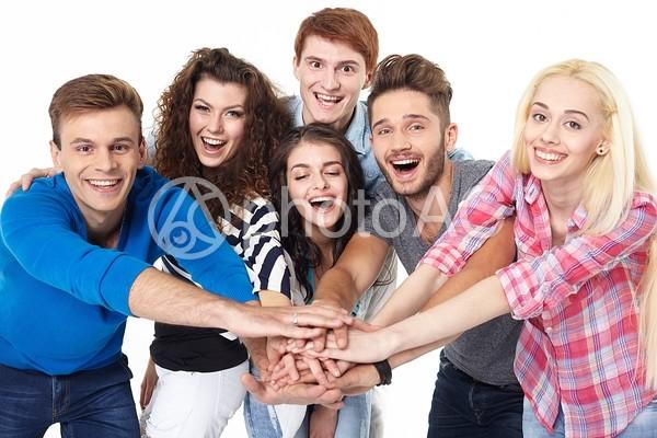 力を合わせる若者たち6の写真