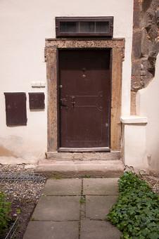 外国の窓と壁 壁 外国 海外 チェコ ヨーロッパ 東欧 中欧 外国風景 風景 素材 白壁 白 住宅 ドア 扉 入り口 玄関 家 石畳 植物 生活 日常 石 岩