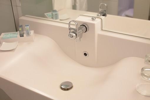 室内 屋内 金具 水回り 建築 内装 空間 生活 環境 ライフスタイル 家 個室 バスルーム 設備 清潔 洗面所 洗面台 ユニットバス シンク カラン 手洗い 鏡 かがみ カガミ ミラー