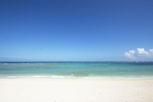 海    自然   海岸 波打ち際 波打ちぎわ 波 白波 砂浜  浅瀬 風景 海水 水面 エメラルドグリーン 晴れ 晴天 快晴 空 青空 雲
