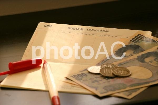 赤字と預金通帳の写真