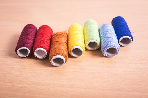 ソーイング 縫い物 裁縫 洋裁 手芸 手仕事 裁縫道具 裁縫用品 アップ 素材 趣味 ハンドメイド ホビー 生活 暮らし 小物 手縫い ファッション 縫う 針仕事 糸 糸巻き カラフル 複数 雑貨 日用品