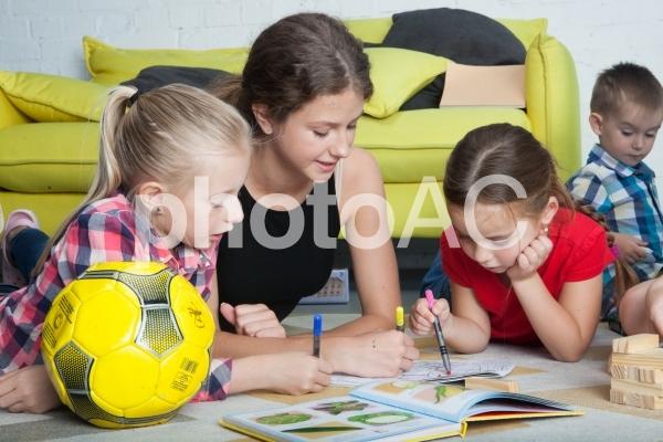 子どもと遊ぶベビーシッター44の写真