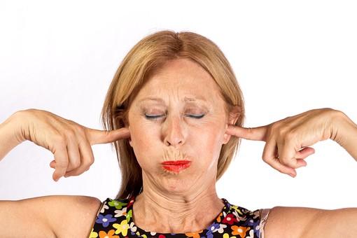 人物 女性 外国人 外人 外人女性   外国人女性 中年 40代 50代 金髪  ブロンド スタジオ撮影  白バック 白背景 ポーズ  表情 顔 正面 耳 塞ぐ 耳を塞ぐ うるさい 騒音 雑音 聞かない 聞きたくない 顔をしかめる しかめっ面 mdfs012
