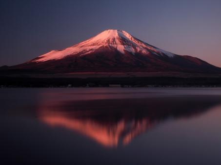 富士山 赤富士 朝 映り込み 鏡富士 山梨県 山中湖