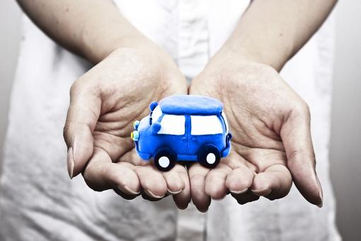 エコ エコロジー 車 自動車 排気 燃料 青色 乗り物 エコカー 電気自動車 クレイアート 粘土 環境 自然 環境問題 世界 グローバル ワールド world 社会 社会問題 国際 国際社会 日本 手 ハンド 指先 手のひら 大人 人