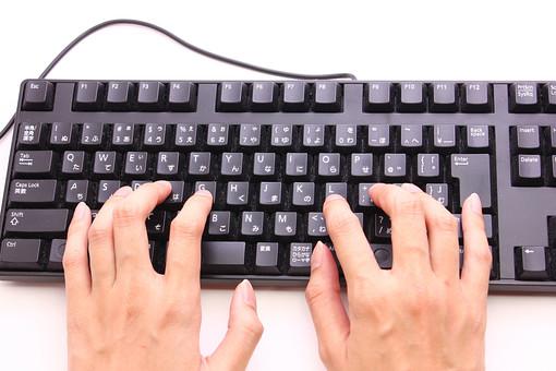 キーボード パソコン ビジネス 通信 産業 インターネット メール IT 周辺機器 屋内 オフィス アイテム 入力装置 家電 事務用品 デスクトップ デスクワーク PC ボタン OA機器 ビジネスアイテム 静物 手 人物 作業 操作 入力 打ちこむ タイピング タッチタイピング ブラインドタッチ 練習 打つ 指 仕事 手元 両手 白背景 白バック 明るい