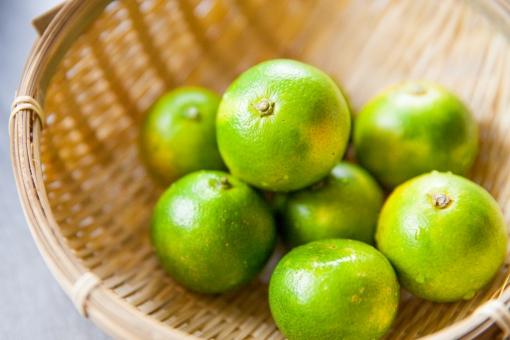 かぼす カボス かんきつ かんきつ系 柑橘類 柑橘 食べ物 果物 ジューシー すだち スダチ 酸っぱい すっぱい しぼる 絞る みずみずしい 山盛り ザル 竹ザル ざる