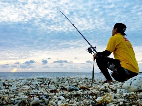 沖縄 釣り 釣り人 ビーチ 投げ釣り 打ち込み 水平線 海 砂浜 波 きれい 綺麗 キレイ 空 雲 水色 7月 8月 夏 フィッシング 魚釣り 朝