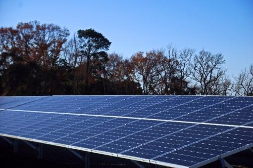 太陽光発電 ソーラーパネル パネル 省エネ 省エネルギー 環境 エコ エコロジー 売電 発電 電気 電力 エネルギー 風景 景色 巨大建造物 建造物 建築 建築物 建物 自然 樹木 草木 青空 晴天 快晴 自然エネルギー 太陽光