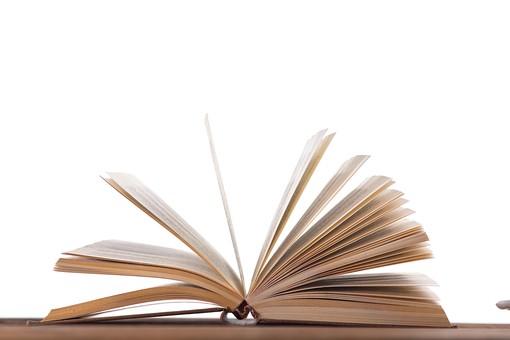 屋内 無人 机 デスク テーブル 木 小物 机上 本 ハードカバー 1冊  見開き 開く  学習 勉強 知識 知的 知恵 情報 レトロ 古い  思い出 古書 頁 ページ 読書 白バック 白背景 クラシック