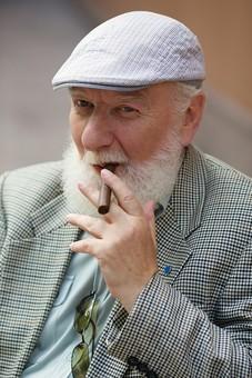 野外 屋外 外 外国人 白人 男性 老人 高齢 高齢者 おじいさん おじいちゃん 髭 ヒゲ ひげ 白髪 上着 ジャケット ハンチング帽 カメラ目線 たばこ タバコ 煙草 葉巻 葉巻き 吸う ポートレート mdjms016