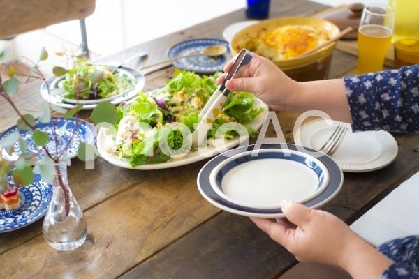 サラダを取り分けるの写真