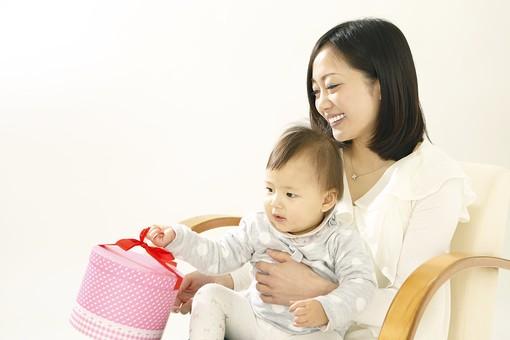 親子 母子 親 おや 母 母親 ママ マザー 子ども 子供 子 赤ちゃん 赤ん坊 乳児 幼児 ベイビー 抱っこ だっこ 抱く 絆 笑顔 笑う 女性 女 人物 触れ合い ふれあい 室内 部屋 座る 玩具 おもちゃ イス 椅子 箱 ボックス 日本人 mdfk006 mdjf016