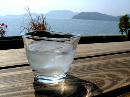 水 water aqua ウォーター アクア 飲料水 ミネラルウォーター 飲み物 液体 H2O 水道水 飲み水 おひや お冷 氷 ice コップ グラス ガラス 食器 おいしい 冷たい うまい 潤い 飲む 飲食店 海 海辺 素材 アップ