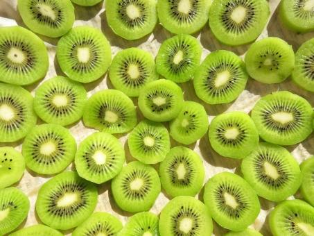 キゥイ スライス 輪切り ビタミン c グリーン 緑 酸 甘 フルーツ くだもの 果物 デザート スイーツ 種 断面 ドライ 乾燥 手作り サラダ 天日 干す テクスチャ キウイ