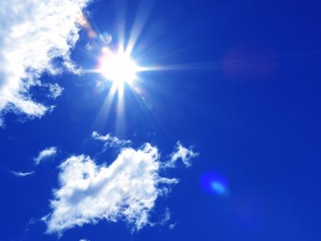 青空 空 青い空 天空 スカイ ブルースカイ 大空 雲 白い雲 白雲 青 水色 ブルー 清々しい すがすがしい さわやか 爽やか 春 夏 初夏 晴れ間 快晴 斜光 フレア 風景 景色 自然 宙 環境 エコ 背景 バック バックグラウンド テクスチャー テクスチャ パーツ デザイン 元気 イベント 催し アウトドア 屋外 明るい 晴れ 晴天 シンプル 光 イメージ キラキラ きらきら 輝き 真夏 盛夏 夏休み 7月 8月 暑い 熱射病 紫外線 uv 陽の光 太陽 陽 逆光 放射 パワフル 力強い 真っ青 熱中症 日焼け 夏のイメージ 眩しい 光線 直射日光 日光 日光浴