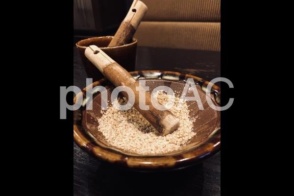 白ゴマ:すり鉢とすりごまの写真