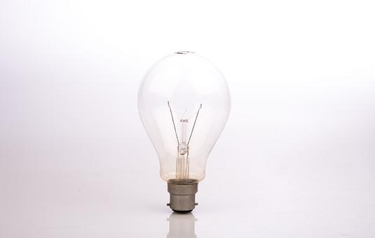 電球 クローズアップ 白背景 白バック ガラス 閃き ひらめき テクノロジー 立つ 透明 金属 電気 照明器具 点灯 光 白熱電球 輝 蛍光 ランプ 電灯 家電 ライト 明るい 光り 繊細