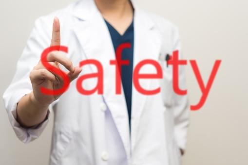 安全 ドクター 医師 男性 医者 白衣 感染 医療 安心感 大丈夫 セーフ 守る 診断 診察 病院 治す けが 病気 治療 薬 作用 説明 同意書