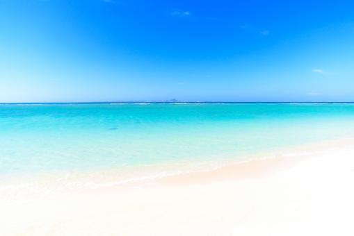 ビーチ 空 砂浜 青空 スカイブルー 沖縄 海 南国 トロピカル 伊江島 瀬底島 リゾート 海水浴 夏休み 夏 観光 波 グラデーション バケーション オーシャン 休暇 美しい パンフレット 旅行 きれい 楽しい 遊ぶ 風景