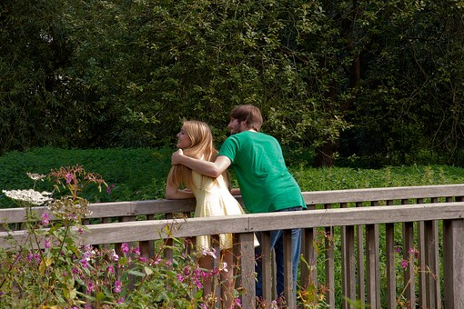 人物 外国人 外人 男性 女性 カップル 恋人 夫婦 2人 屋外 野外 外 自然 緑 グリーン 公園 手すり 柵 休日 デート 寄り添う 肩を寄せる 笑顔 スマイル 仲良し 散策 楽しい 幸せ 後ろ姿 後姿 肩を抱く mdff084 mdfm051