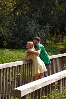 人物 外国人 外人 男性 女性 カップル 恋人 夫婦 2人 屋外 野外 外 自然 緑 グリーン 公園 手すり 柵 休日 デート 寄り添う 肩を寄せる 笑顔 スマイル 仲良し 散策 楽しい 幸せ 肩を抱く mdff084 mdfm051
