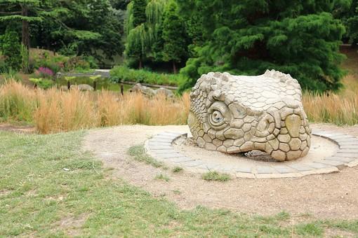 England United Kingdom UK London 倫敦 英国 異国 イギリス ロンドン 世界都市 海外 外国 植物 樹木 木々 緑 茂る 生い茂る 石碑 石 石造り 飾り 葉 リーフ 広場 公園 蛇 ヘビ へび