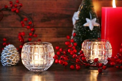 テーブル インテリア 楽しい 赤 素材 背景 癒し 冬 あたたかい 光 赤色 クリスマス 灯り 静か イベント オブジェ 穏やか キャンドル ロウソク 木目 壁紙 松ぼっくり イメージ 祈り 平和 置物 星 オーナメント クリスマスオーナメント クリスマスイメージ クリスマスリース 赤い実 メリークリスマス 木の実 テキストスペース 12月 静寂 安らぎ 季節感 平穏 クリスマス背景 冬のイベント 冬のイメージ クリスマス素材 クリスマスキャンドル クリスマスオブジェ 樅ノ木 赤いキャンドル 星のオーナメント