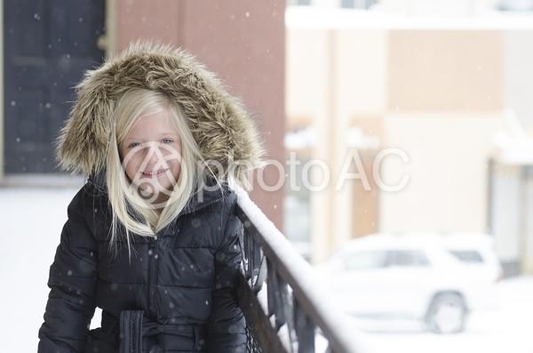 コートを着た外国人の少女 屋外17の写真