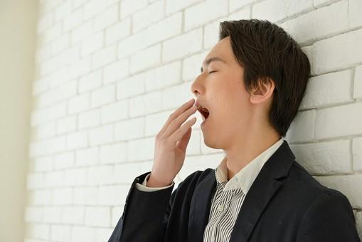 日本人 男性 男 20代 若い ファッション カジュアル インフォーマル 仕事 オフィス 会社 クリエイター デザイナー グラフィックデザイナー webデザイナー シャツ ストライプ 営業 あくび 欠伸 眠気 眠い 黒 ブラック ブレザー スーツ mdjm024
