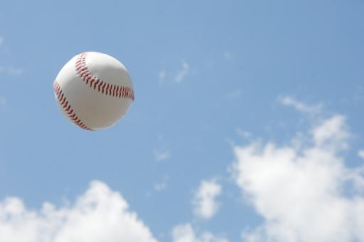 野球 野球ボール ボール ベースボール ホームラン ヒット スポーツ 甲子園 メジャーリーグ 空 青空 雲 アウトドア 白 青 夏 夏休み