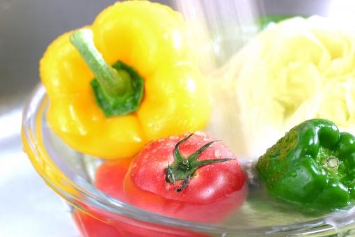 野菜 食べ物 植物 料理 調理 緑黄色野菜 トマト ピーマン パプリカ キッチン 台所 シンク 流し台 水 水道 新鮮 フレッシュ 洗う 洗浄 ビタミン 健康 食事 美容 ダイエット