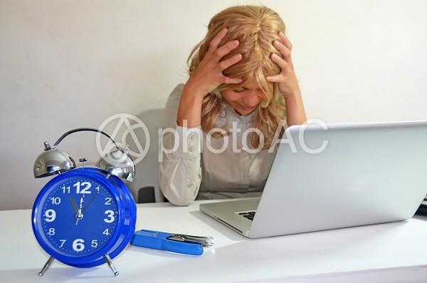 締切で苦悩する外国人ビジネスウーマン1の写真