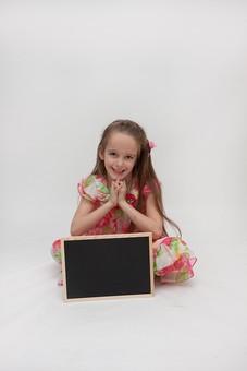 人物 こども 子供 女の子 少女  外国人 外人 キッズモデル あどけない かわいい   屋内 スタジオ撮影 白バック 白背景 長髪  ロングヘア ポートレイト ポートレート 表情 ポーズ 黒板 ボード 座る 勉強 学習 学び 教育 メッセージ mdfk016