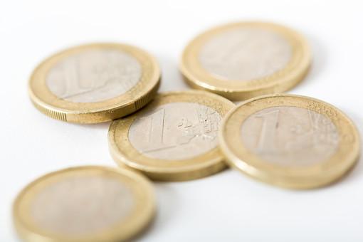 お金 コイン 通貨 貨幣 小銭  つり銭 マネー 外国 外貨 貯金  貯蓄 金融 経済 ビジネス 価値  チップ お釣り ユーロ ヨーロッパ 海外  アップ 白バック 白背景 複数 素材 硬貨 EU 1ユーロ ユーロコイン